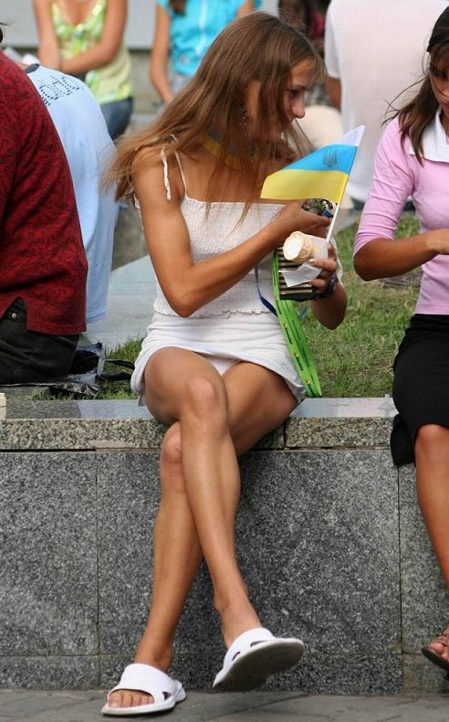 Сидячий апскирт на улице у выпускницы под юбкой