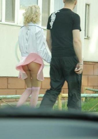 Дамочка засветила свою попку на улице