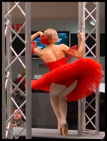 У балерины под юбкой