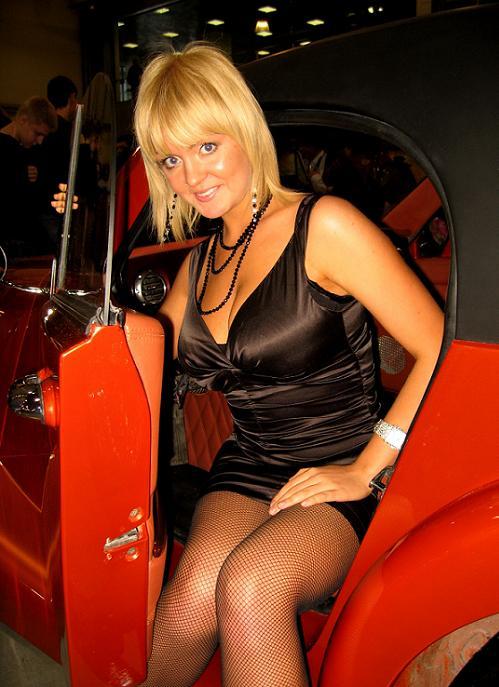Блондинка в коротком платье