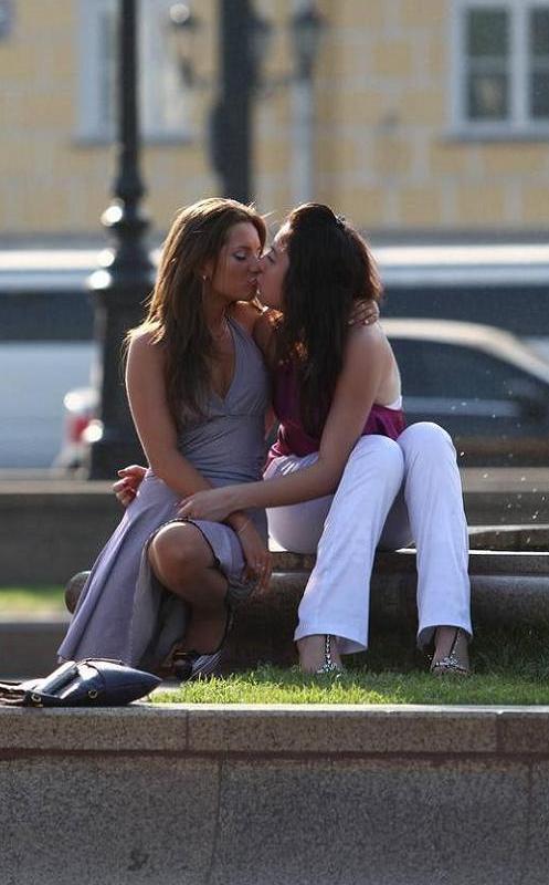 Девушки целующиеся друг друга на улице