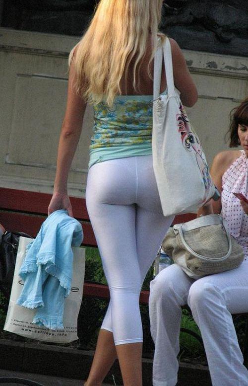 Девушка с аппетитной попкой в белых леггинсах